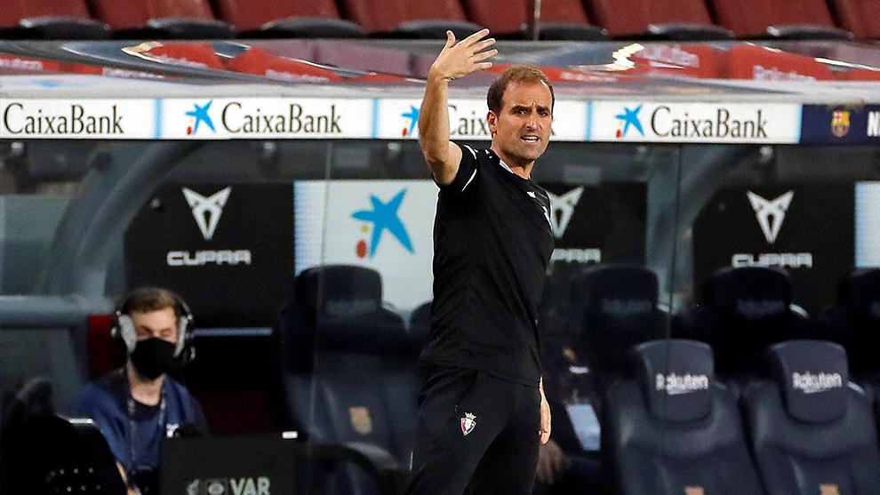 Arrasate dando órdendes a su equipo ante el Barcelona