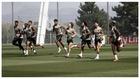Los jugadores del Madrid, durante el último entrenamiento para un...