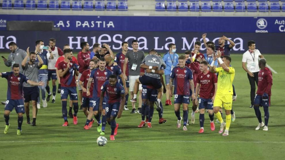 Jugadores,cuerpo técnico y directivo del Huesca celebran el ascenso...