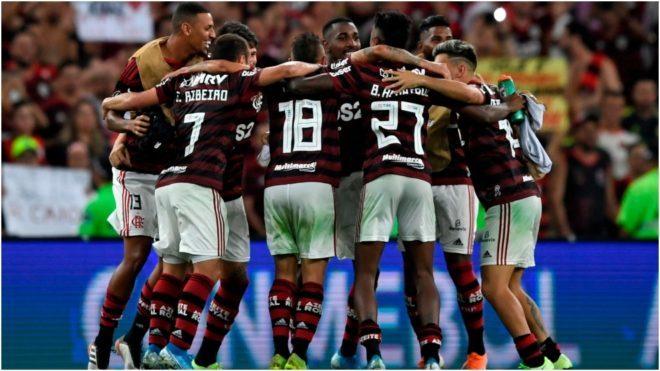 Los jugadores de Flamengo festejan un gol.