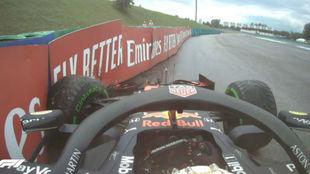 Mex Verstappen se va contra una barrera y rompe la dirección de su...