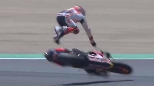 Marc Márquez sale volando tras perder el control de su moto.