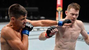 Joel Álvarez golpeando a Duffy durante el combate.