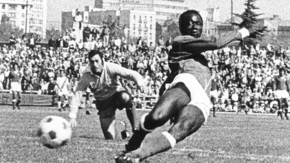 Biri-Biri marcando un gol al Rayo durante un partido en la 74-75