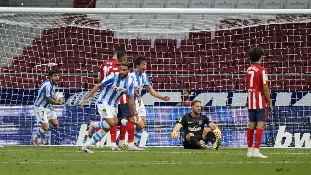 Los jugadores de la Real celebran el gol del empate.