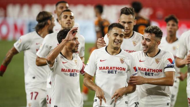 Reguilón celebra su gol con sus compañeros.