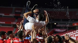 Diego Martínez es manteado por sus jugadores en Los Cármenes.