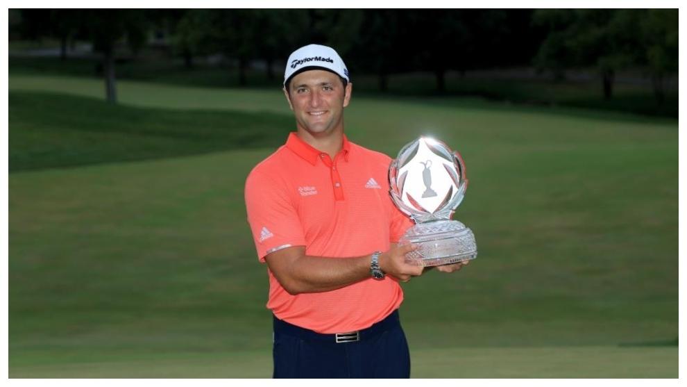 Jon Rahm posa con el trofeo del Memorial