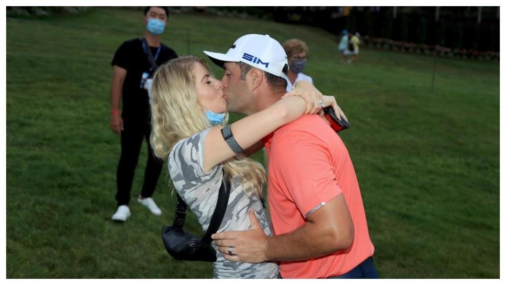 Jon Rahm se besa con su mujer Kelley, tras la victoria
