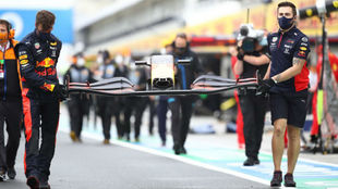 Los mecánicos de Red Bull sacan un ala nueva para cambiársela a Max...