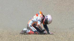 Marc Márquez, de rodillas tras caerse.