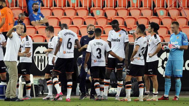 La plantilla del Valencia un descanso en Mestalla.