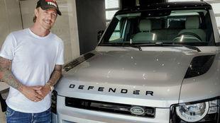 Guti, con su nuevo Land Rover Defender 110 SE.