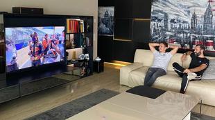 Lorenzo, acomodado para ver la carrera de MotoGP.