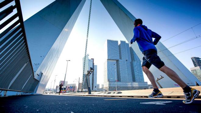 Un corredor en el maratón de Rotterdam
