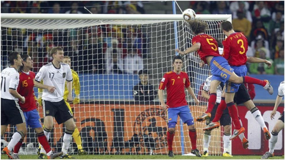 Puyol marca contra Alemania en semifinales del Mundial 2010.