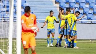 Los jugadores de Las Palmas celebran el gol de Kirian, el primero al...