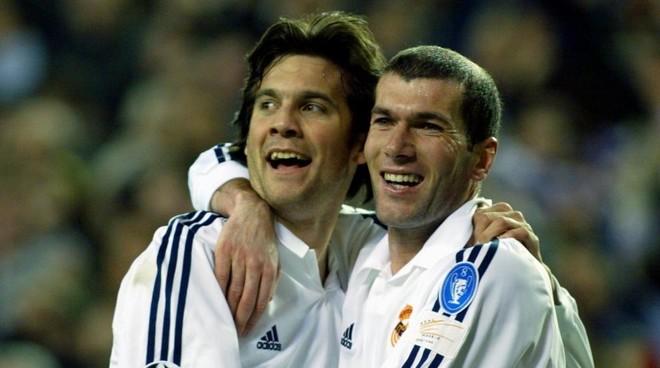 Solari se abraza a Zidane después de un gol del Real Madrid.