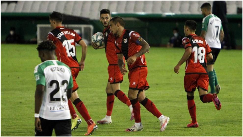 Los jugadores del Rayo celebran el gol de la victoria ante el Racing