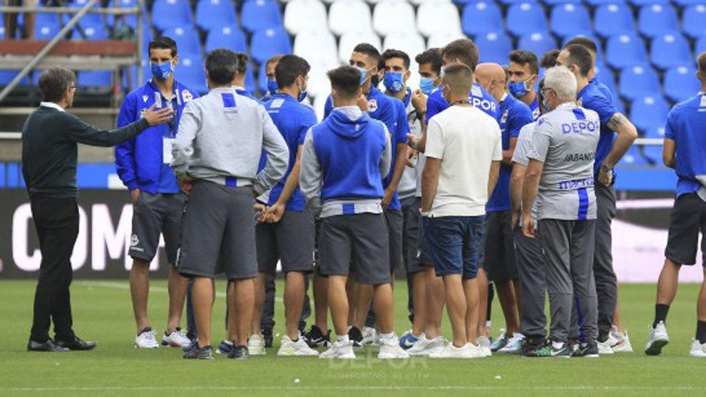 Fernando Vázquez charla con sus jugadores en el césped de Riazor