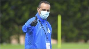 José Luis Oltra, hace la señal del O.K. durante un entrenamiento del...
