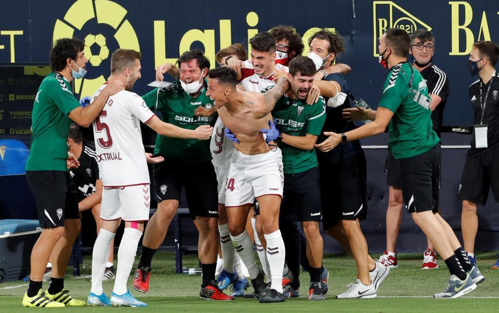 Maikel Mesa celebra de manera desatada con sus compañeros el gol de...