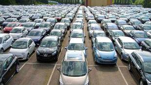 Cientos de coches nuevos a la espera de ser vendidos.