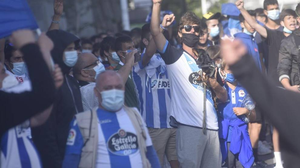 Aficionados del Deportivo de la Coruña, a las peurtas de Riazor