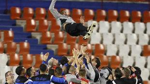 Juanfran García manteado por los jugadores del Lugo tras lograr la...