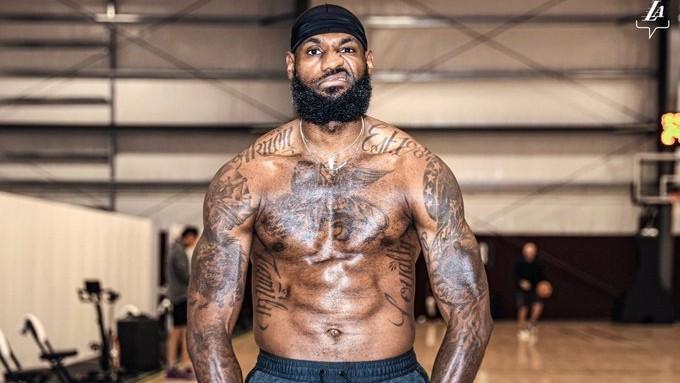 LeBron James posa sin camiseta después de un entrenamiento.