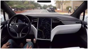 Un coche de Tesla se conduce solo con el Autopilot.