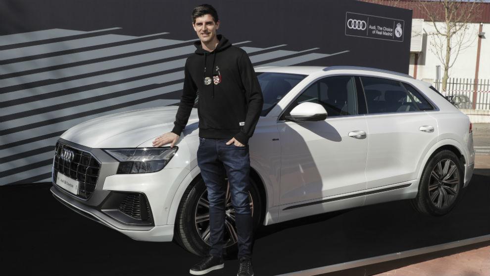 Courtois, con el Audi Q8 de la temporada 2018/2019.
