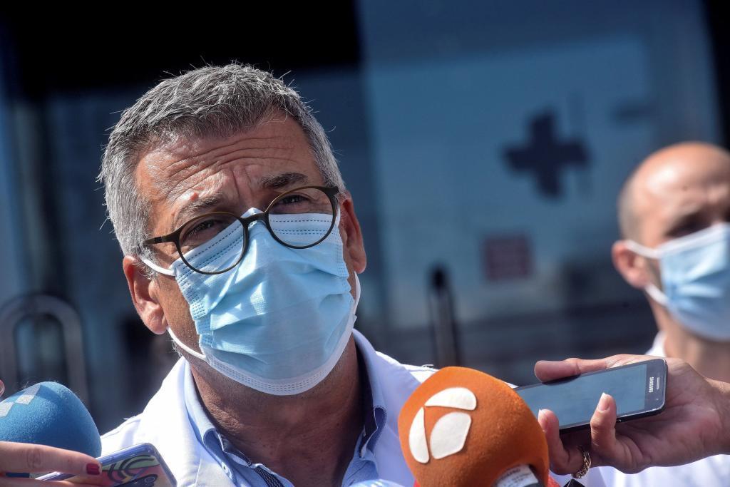 El gerente del área sanitaria de A Coruña-Cee, Luis Verde, informa a...