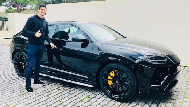 Courtois posa con su nuevo Lamborghini Urus en diciembre de 2018.