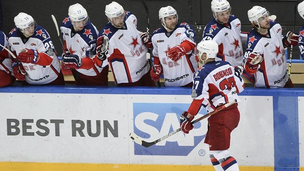 Jugadores del HC CSKA Moscú saludándose en la pista.