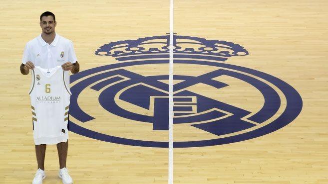 Alberto Abalde posa con una camiseta del Madrid en las instalaciones...