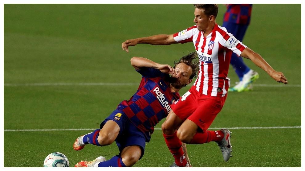 Marcos Llorente, ante Rakitic en el Camp Nou.