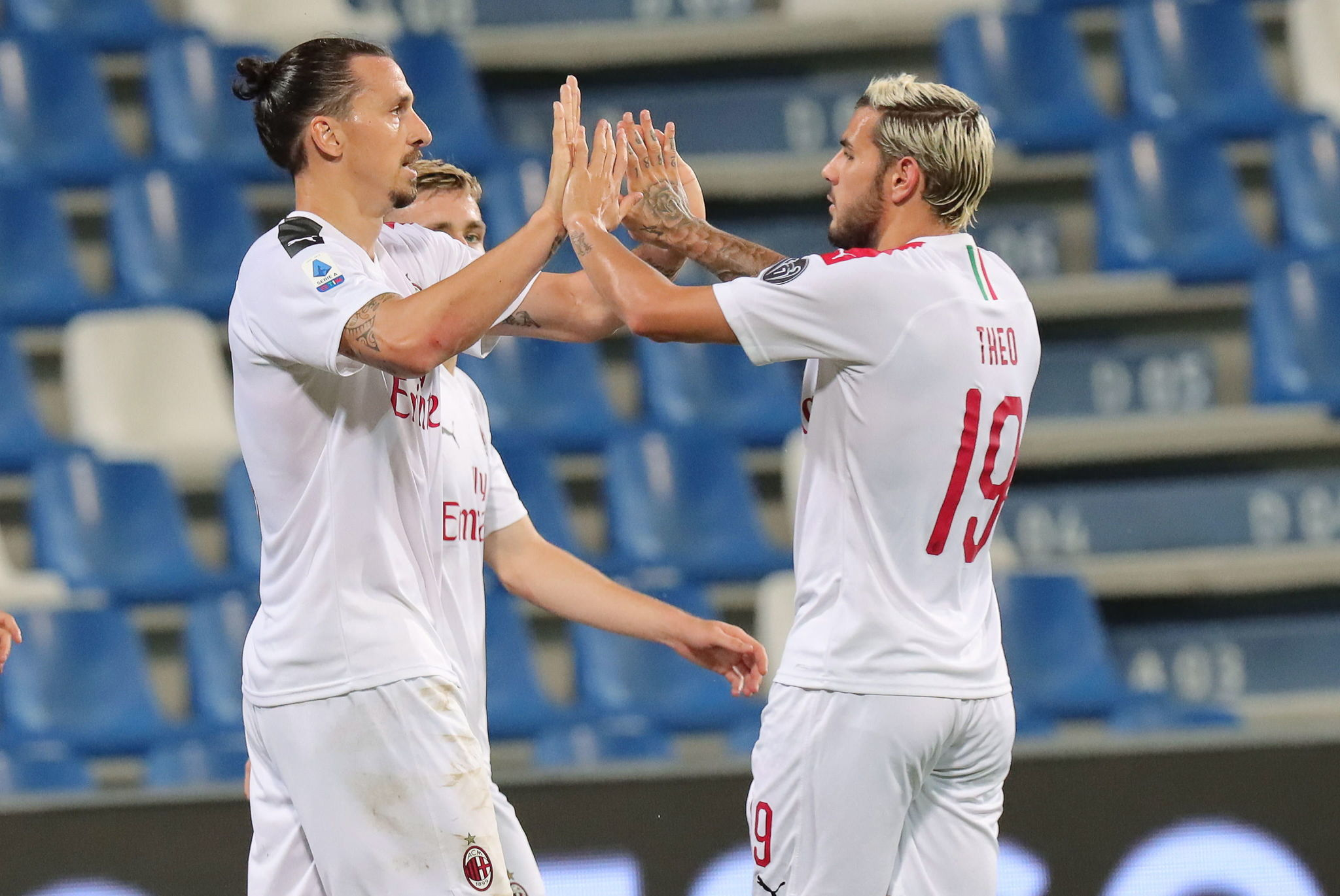 Reggio Emilia (Italy), 21/07/2020.- Milans Zlatan lt;HIT gt;Ibrahimovic lt;/HIT gt; (L) jubilates with his teammate Theo Hernandez after scoring during the Italian Serie A soccer match US Sassuolo vs AC Milan at Mapei Stadium in Reggio Emilia, Italy, 21 July 2020. (Italia) EFE/EPA/ELISABETTA BARACCHI