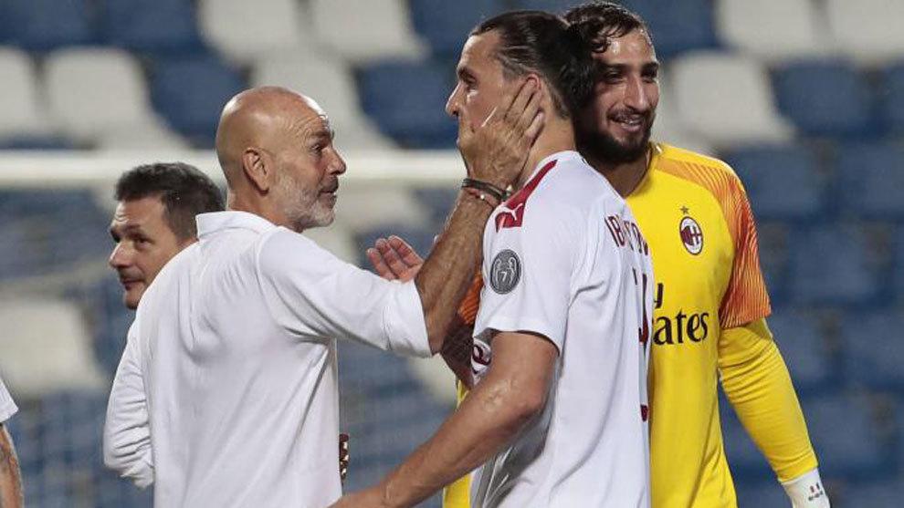 Pioli felicita a Ibrahimovic tras su doblete ante el Sassuolo.