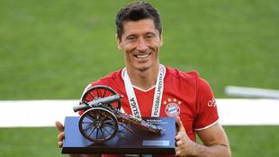 Lewandowski posa con el trofeo al máximo goleador de la Bundesliga.