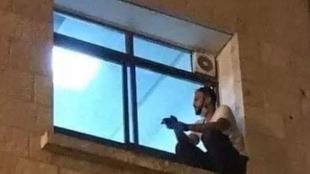 Un joven trepa hasta la ventana de un hospital para despedirse de su madre enferma de coronavirus