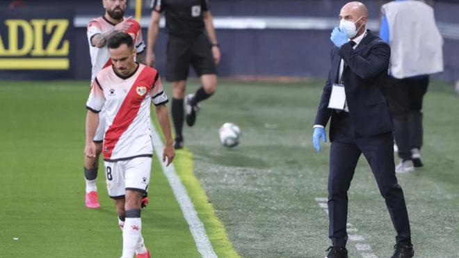 Paco Jémez da instrucciones desde la banda, durante un partido.