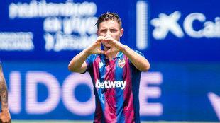 Enis Bardhi celebra un gol con el Levante haciendo el gesto del...