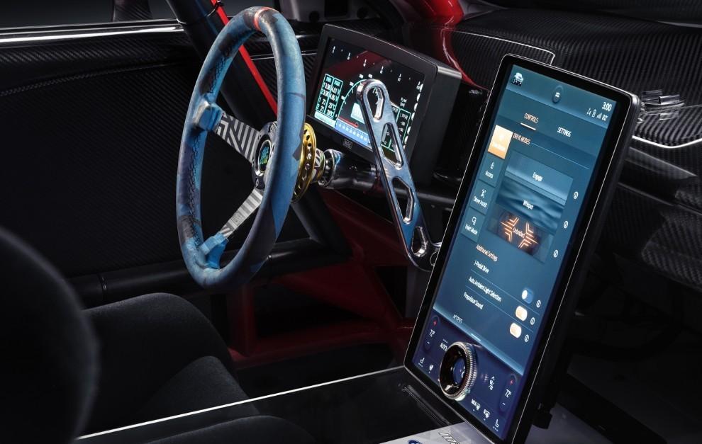 No falta la pantalla de enormes dimensiones, como en el Mach-E de calle.