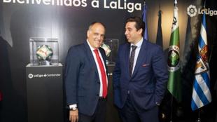 El presidete de LaLiga Javier Tebas y su homólogo del Fuenlabrada,...