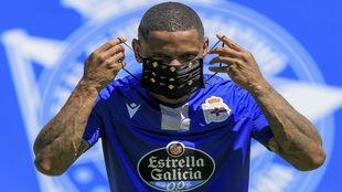 El jugador Claudio Beauvue, del Deportivo, colocándose la mascarilla...