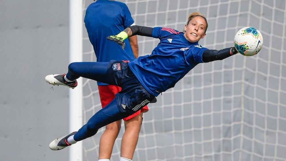 Lola Gallardo durante un entrenamiento con el Olympique Lyonnais.