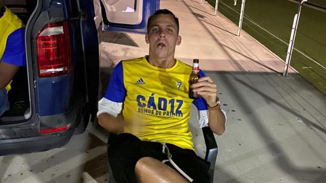 Iván Alejo con la camiseta del Cádiz