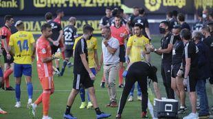 Álvaro Cervera junto a varios jugadores en un partido reciente, entre...