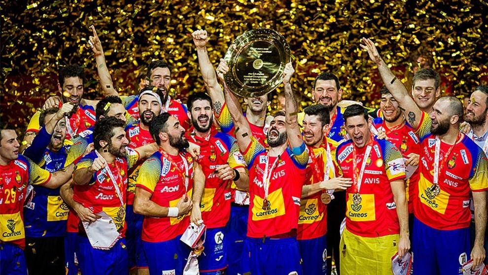 Los jugadores de la selección española celebran el triunfo en el...